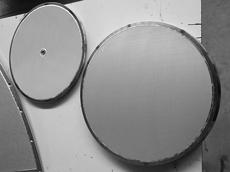 2 pieces of sintered metal mesh filter disc for chromatography column bed support, one with a center hole, another without