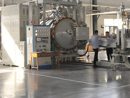 Sintering furnace in Lianda Filter workshop, two employee standing by and comunicating.