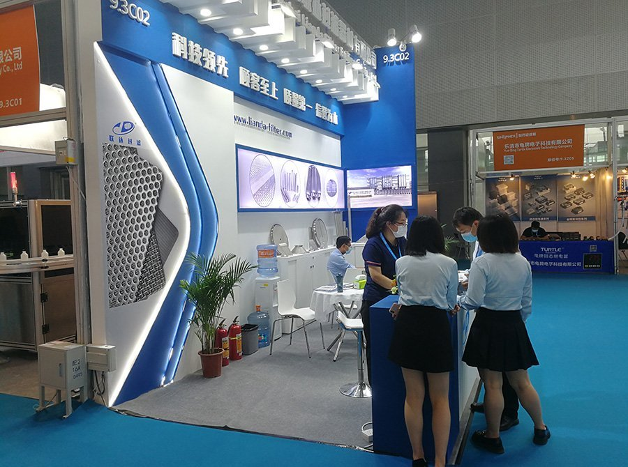 Lianda Filter booth on API China SinoPhex 2021 expo, visitor talking with our sales